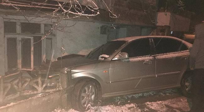 Kontrolden Çıkan Otomobil Evin Duvarına Çarptı